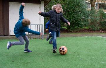 Profvoetballers bij buitenschoolse opvang - Up Kinderopvang aan de Labouchèrelaan in Rijswijk