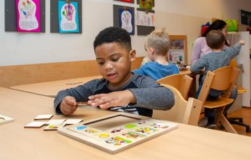 Puzzelen bij kinderdagverblijf - Up Kinderopvang aan de Willem van Rijswijckstraat in Rijswijk