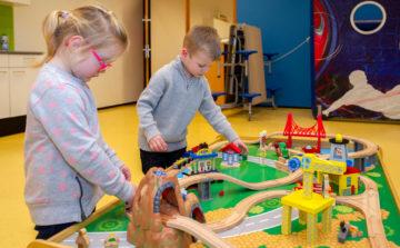 Racen op de tafel bij buitenschoolse opvang - Up Kinderopvang aan Laan van Hoornwijck In den Haag Ypenburg