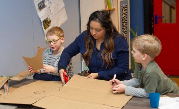 Zelf een gitaar maken bij Up kinderopvang aan Beetslaan in Rijswijk