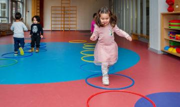 Rennen op het hoepelpad bij peuteropvang - Up Kinderopvang aan Dr Poelslaan in Rijswijk