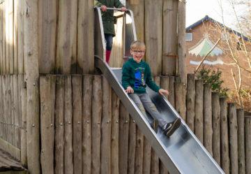Roetsjen van de glijbaan bij buitenschoolse opvang - Up Kinderopvang aan de Willem van Rijswijckstraat in Rijswijk