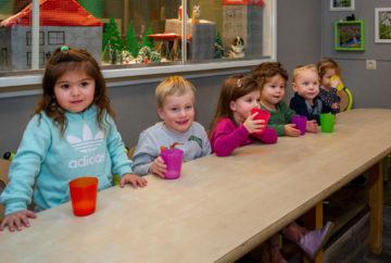 Samen aan tafel drinken bij kinderdagverblijf - Up Kinderopvang aan de Esdoornstraat Rijswijk