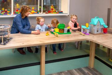 Samen aan tafel spelen bij kinderdagverblijf - Up Kinderopvang aan de Esdoornstraat Rijswijk