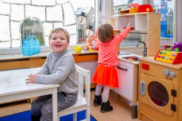 Samen in de keuken bij kinderdagverblijf - Up Kinderopvang aan de P. van Vlietlaan in Rijswijk