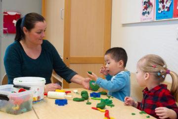 Samen kleien aan tafel bij buitenschoolse opvang - Up Kinderopvang aan Laan van Hoornwijck In den Haag Ypenburg