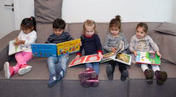 Samen lezen op de bank bij peuteropvang - Up Kinderopvang aan de P.C. Boutenslaan in Rijswijk