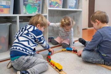 Samen spelen met de treinbaan bij kinderdagverblijf - Up Kinderopvang aan de Daniël Catterwijckstraat in Rijswijk