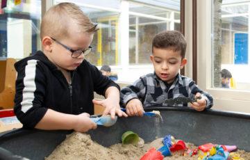 Samen spelen met de zandtafel bij peuteropvang - Up Kinderopvang aan de Henri Dunantlaan in Rijswijk
