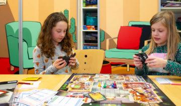 Samen spelletjes doen bij buitenschoolse opvang - Up Kinderopvang aan ILSY-plantsoen Den Haag Ypenburg