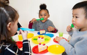Samen taartjes eten bij Up Kinderopvang aan Admiraal Helfrichsingel Rijswijk