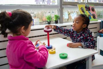 Samen torens stapelen bij peuteropvang - Up Kinderopvang aan Dr Poelslaan in Rijswijk