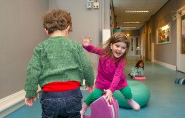 Spelen in de lange gang bij kinderdagverblijf - Up Kinderopvang aan de Esdoornstraat Rijswijk