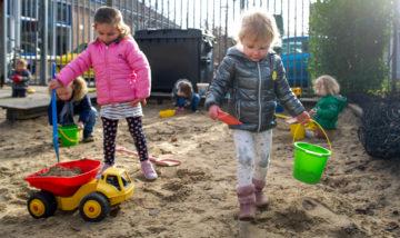 Spelen in de zandbak bij kinderdagverblijf - Up Kinderopvang aan de Daniël Catterwijckstraat in Rijswijk
