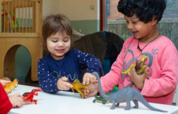 Spelen met dinos bij kinderdagverblijf - Up Kinderopvang aan Wethouder Fischerplantsoen in Den Haag Ypenburg