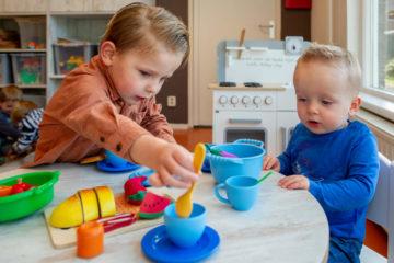 Spelen met het theeservies bij kinderdagverblijf - Up Kinderopvang aan de Daniël Catterwijckstraat in Rijswijk