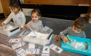 Spelen met ijs bij peuteropvang - Up Kinderopvang aan de P.C. Boutenslaan in Rijswijk