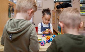 Spelen met vrienden bij kinderdagverblijf - Up Kinderopvang aan de Willem van Rijswijckstraat in Rijswijk