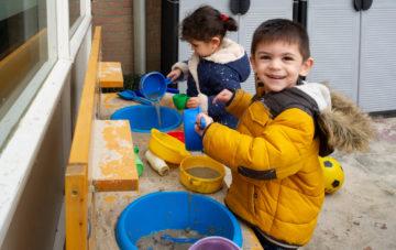 Spelen met zand buiten bij peuteropvang - Up Kinderopvang aan de Henri Dunantlaan in Rijswijk