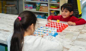 Spelletje spelen met vrienden bij bso Up Kinderopvang aan Admiraal Helfrichsingel Rijswijk