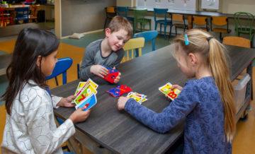 Spelletjes spelen bij buitenschoolse opvang - Up Kinderopvang aan de Van Alkemadestraat in Delft