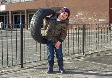 Sterke mannen bij kinderdagverblijf - Up Kinderopvang aan de Steenuillaan in Den Haag Ypenburg