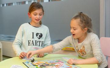 Strijden tijdens een spelletje bij buitenschoolse opvang - Up Kinderopvang aan Laan van Hoornwijck In den Haag Ypenburg