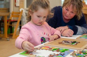Stukje voor stukje een puzzel maken bij kinderdagverblijf - Up Kinderopvang aan de Labouchèrelaan in Rijswijk