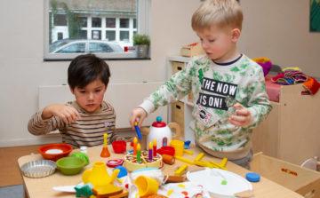 Taart versieren bij kinderdagverblijf - Up Kinderopvang aan de Willem van Rijswijckstraat in Rijswijk