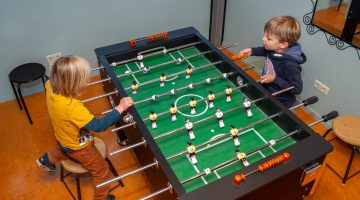 Tafelvoetballen op de buitenschoolse opvang van Up Kinderopvang