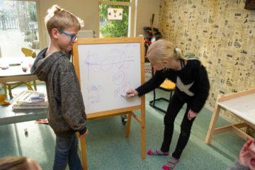 Tekenen bij buitenschoolse opvang - Up Kinderopvang aan de Van Alkemadestraat in Delft