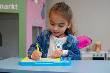 Tekenen op een wisbord bij peuteropvang - Up Kinderopvang aan Dr Poelslaan in Rijswijk