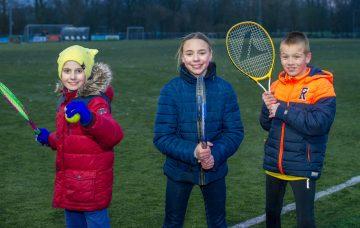 Tennissen voor de deur van buitenschoolse opvang - Up Kinderopvang aan de Brasserskade in Den Haag Ypenburg
