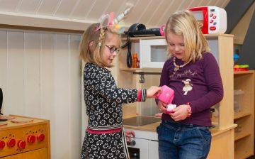 Theedrinken en bijkletsen bij buitenschoolse opvang - Up Kinderopvang aan Caspar Fagelstraat in Delft