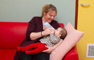 Tijd voor flesvoeiding bij kinderdagverblijf - Up Kinderopvang aan Wethouder Fischerplantsoen in Den Haag Ypenburg