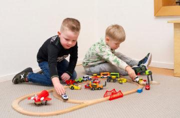 Treinbaan bouwen bij kinderdagverblijf - Up Kinderopvang aan de Willem van Rijswijckstraat in Rijswijk