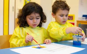 Verven en spelen met kleur bij kinderdagverblijf - Up Kinderopvang aan de Steenuillaan in Den Haag Ypenburg