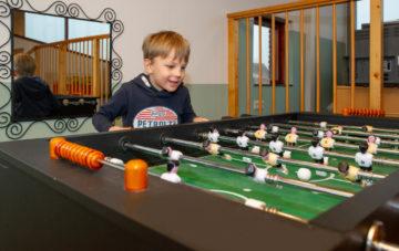 Voetballen aan de tafel buitenschoolse opvang - Up Kinderopvang aan Wethouder Fischerplantsoen in Den Haag Ypenburg