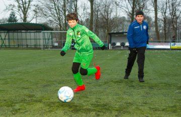 Voetballen bij buitenschoolse opvang - Up Kinderopvang aan de Brasserskade in Den Haag Ypenburg