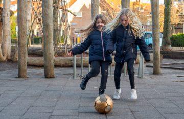 Voetballen op het plein bij buitenschoolse opvang - Up Kinderopvang aan Caspar Fagelstraat in Delft