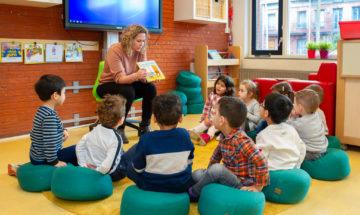 Voorlezen bij kinderdagverblijf - Up Kinderopvang aan de Steenuillaan in Den Haag Ypenburg