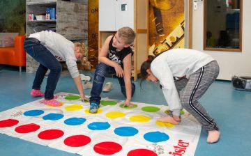 Wie wint er met Twister bij bso Up Kinderopvang aan Admiraal Helfrichsingel Rijswijk