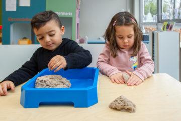 Zandkastelen bouwen aan tafel bij peuteropvang - Up Kinderopvang aan Dr Poelslaan in Rijswijk