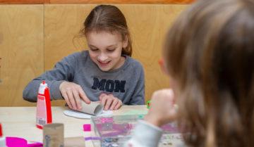 creatief bezig bij buitenschoolse opvang - Up Kinderopvang aan de Willem van Rijswijckstraat in Rijswijk